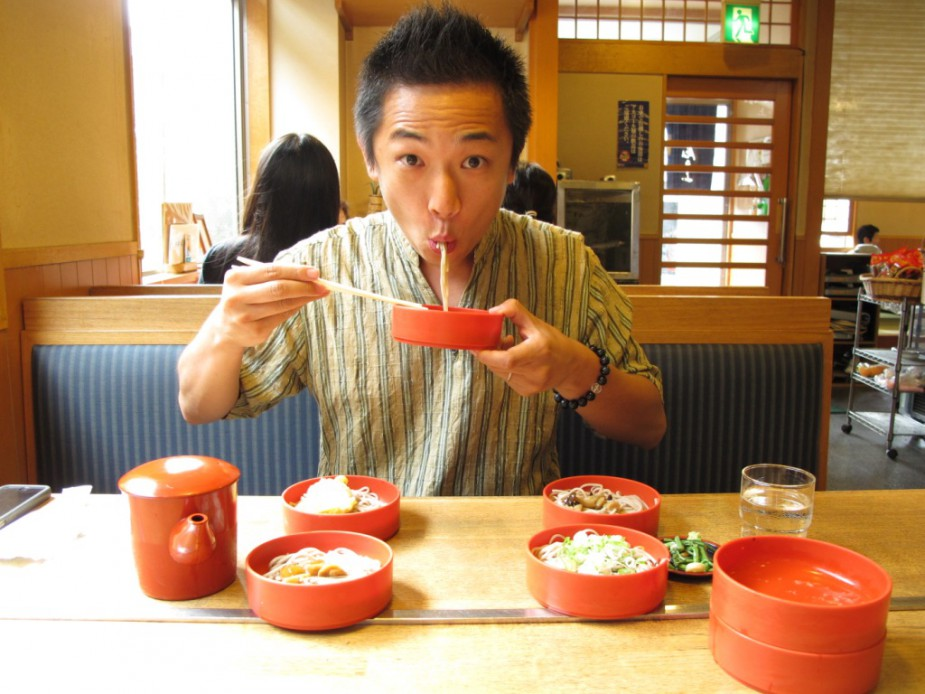Japanese-people-slurp-noodles